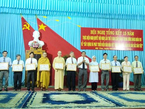 PCT.UBND thành phố Mỹ Tho Nguyễn Hoàng Đảm trao giấy khen cho các tập thể, đơn vị có thành tích xuất sắc trong việc thực hiện NQTW5 - khóa VIII