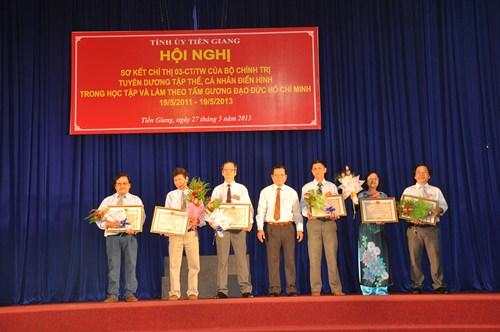 Đồng chí Nguyễn Văn Khang - Chủ tịch Ủy ban nhân dân tỉnh  trao bằng khen cho các tác giả đạt giải