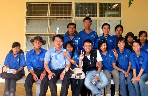 Lê Minh Trí (thứ 3 từ trái) luôn đồng hành cùng sinh viên
