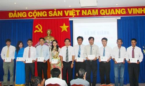 Đ/c Nguyễn Văn Sơn - GĐ.TTTTCTTG cấp bằng tốt nghiệp cho học viên