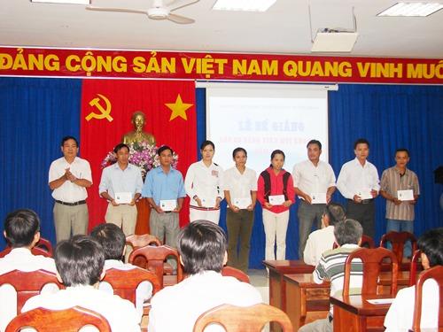 Đ/c Nguyễn Văn Sơn - Giám đốc Trung tâm trao giấy chứng nhận cho học viên