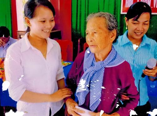 Hội LHPN xã Tân Phú quan tâm thăm hỏi, chăm sóc gia đình chính sách