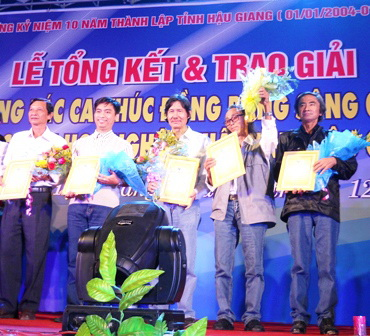 Nhạc sĩ Lê Ngân (đứng giữa) đoạt giải ba Cuộc thi sáng tác ca khúc ĐBSCL năm 2012 - 2013