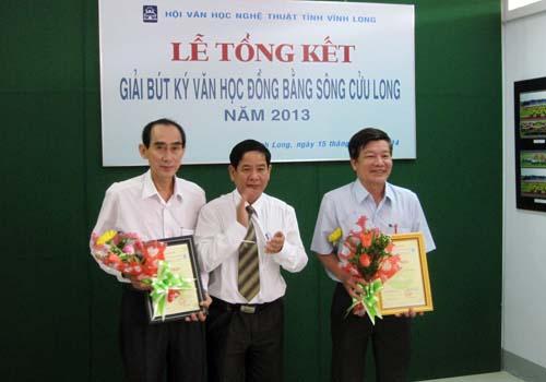 Trao giải cho các tác giả đoạt giải Nhì