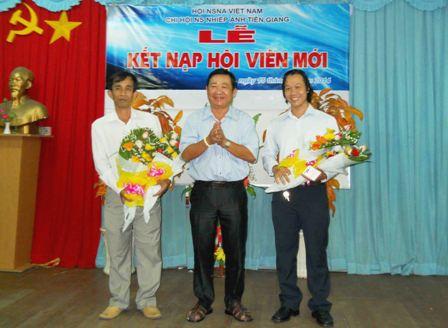 Soạn giả Huỳnh Anh - Chủ tịch Hội Văn học - Nghệ thuật tỉnh tặng hoa chúc mừng cho hai hội viên mới
