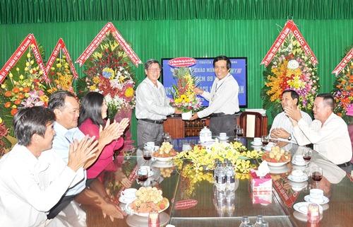 Tặng hoa cho lãnh đạo Đài Phát thanh và Truyền hình tỉnh