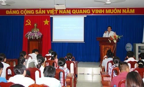 Đồng chí Nguyễn Văn Sơn phát biểu trong lễ khai giảng