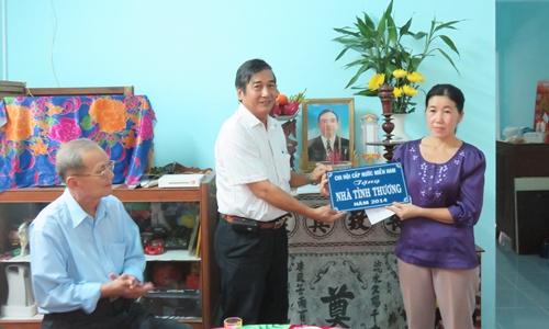 Chi hội Cấp nước miền Nam trao bảng tượng trưng nhà tình thương cho gia đình chị Nguyễn Thị Thu Hồng