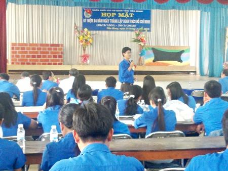 Đ/c Nguyễn Minh Trí, Bí thư Đoàn khối CCQ tỉnh phát biểu trong buổi họp mặt