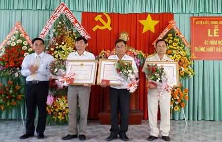 Thừa ủy quyền của Chủ tịch nước, ông Nguyễn Văn Nhã - Bí thư Huyện ủy Cai Lậy trao Huân chương Bảo vệ Tổ quốc cho 3 đồng chí nguyên là Chỉ huy trưởng Ban Chỉ huy quân sự huyện Cai Lậy qua các thời kỳ