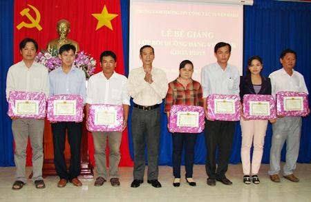 Đồng chí Phan Thanh Dũng - Phó Trưởng Ban Tuyên giáo Tỉnh ủy trao giấy khen cho học viên