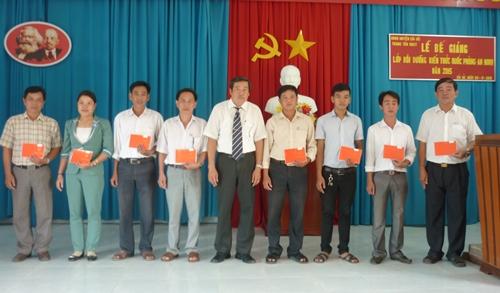 Trao giấy chứng nhận cho học viên