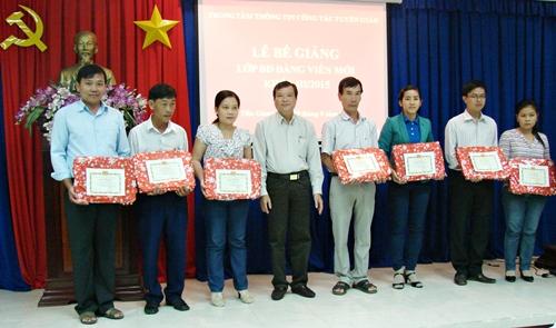 Đồng chí Đặng Quốc Dũng - Phó Trưởng Ban Tuyên giáo Đảng uỷ khối các cơ quan tỉnh trao giấy khen cho học viên