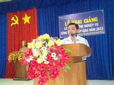 Đồng chí Phạm Văn Vạn, UVTV - Trưởng Ban Tuyên giáo Thị ủy kiêm Giám đốc TTBDCT thị xã phát biểu khai giảng