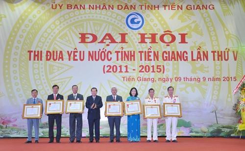 Đồng chí Nguyễn Văn Khang, Phó Bí thư Tỉnh ủy, Chủ tịch UBND tỉnh thừa ủy quyền của Chủ tịch nước gắn Huân chương Lao động và trao bằng cho các tập thể và cá nhân