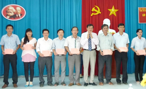 Ông Trần Văn Sáu - Giám đốc Trung tâm BDCT huyện trao giấy chứng nhận cho học viên