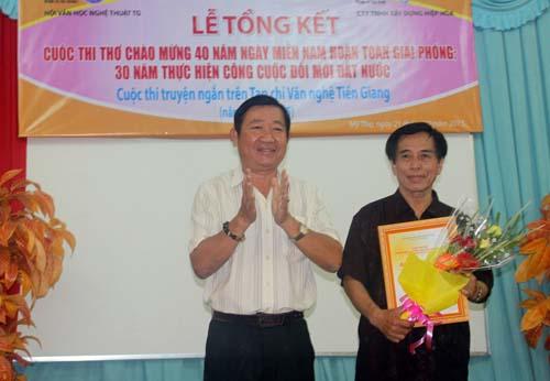 Soạn giả Huỳnh Anh trao giải nhất cho nhà thơ Lê Ái Siêm