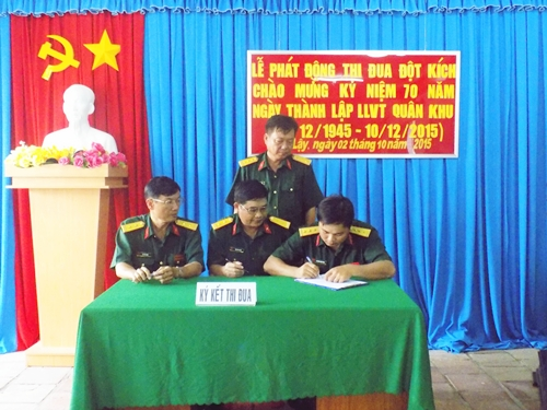 Thượng tá Ngô Thanh Hùng - Chính trị viên Ban Chỉ huy Quân sự huyện Cai Lậy - chứng kiến các đơn vị ký kết giao ước thi đua