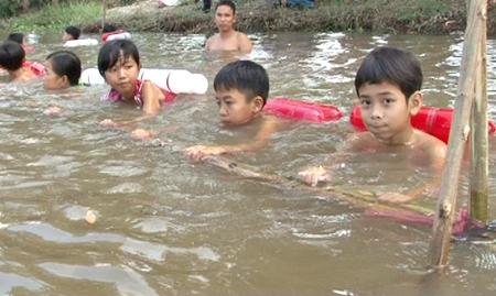 Lớp dạy bơi ở Trường TH Thạnh Mỹ