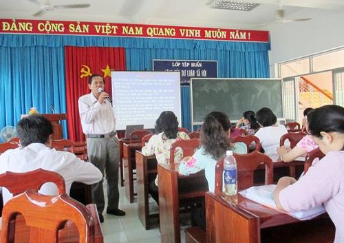 Ông Huỳnh Kim Bằng - UVTV, Trưởng Ban Tuyên giáo Thị ủy báo cáo với lớp tập huấn