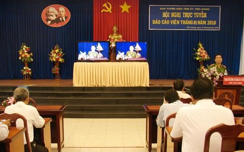 Đồng chí Nguyễn Việt  Hùng - TUV, Phó Giám đốc Công an tỉnh báo cáo tại hội nghị