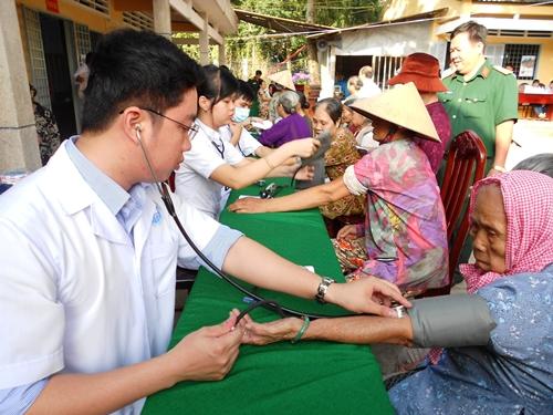 Đoàn khám bệnh, cấp thuốc miễn phí cho hộ nghèo, gia đình chính sách