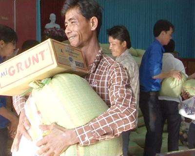 300 suất quà tết cho  hộ nghèo ở huyện Tân Phước