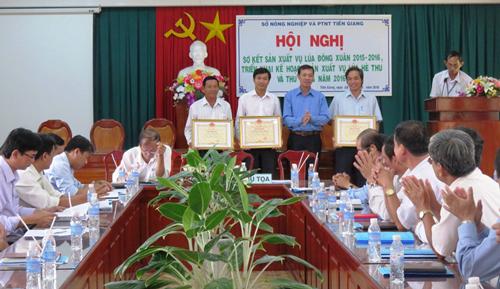 Ông Cao Văn Hóa - Phó Giám đốc Sở NN&PTNT tỉnh Tiền Giang trao bằng khen của UBND tỉnh cho các tập thể, cá nhân