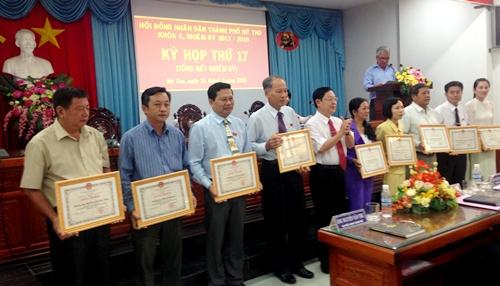 Khen thưởng các tập thể, cá nhân có thành tích hoàn thành tốt nhiệm vụ hoạt động HĐND nhiệm kỳ 2011 - 2016