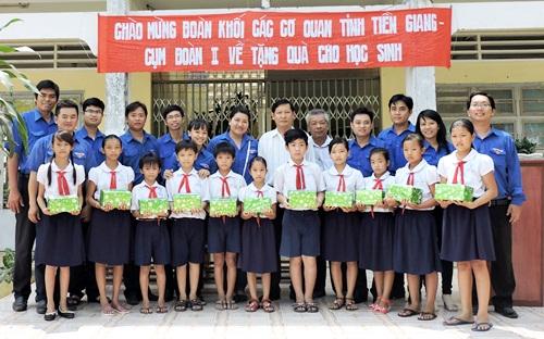 Đại diện Đoàn khối chụp hình lưu niệm với giáo viên và học sinh Trường TH Tân Hòa Thành A