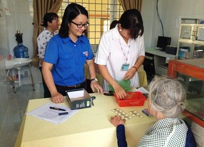 Cấp thuốc miễn phí cho người cao tuổi thuộc gia đình chính sách xã Mỹ Phong