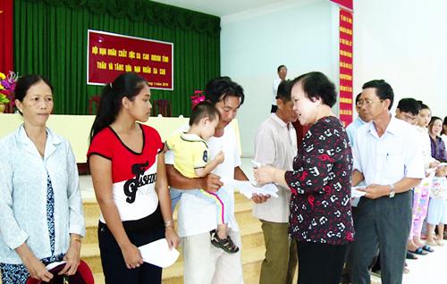 Bà Nguyễn Thị Ánh - Chủ tịch HĐQT Công ty cổ phần Thủy sản sông Tiền tặng quà cho nạn nhân da cam tại huyện Gò Công Đông