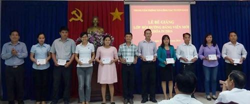 Đồng chí Nguyễn Văn Sơn - Giám đốc Trung tâm TTCTTG trao giấy chứng nhận cho học viên