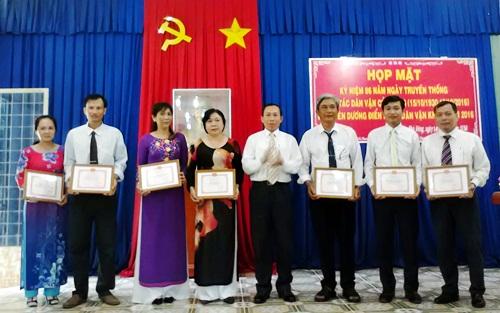 Đồng chí Võ Văn Chiến - Phó Bí thư huyện ủy trao giấy khen của Ban Dân vận huyện ủy cho các tập thể có thành tích xuất sắc thực hiện các mô hình Dân vận khéo năm 2016