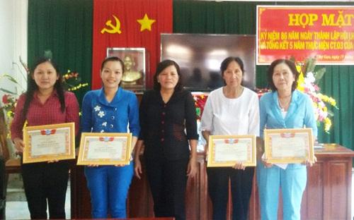 Bà Dương Hiền Huệ - Chủ tịch Hội LHPN huyện Chợ Gạo tặng giấy khen cho các tập thể và cá nhân thực hiện tốt Chỉ thị 03 của Bộ Chính trị