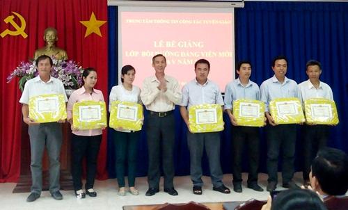 Đồng chí Phan Thanh Dũng - Phó Trưởng Ban Tuyên giáo Tỉnh ủy trao giấy khen và phần thưởng cho học viên