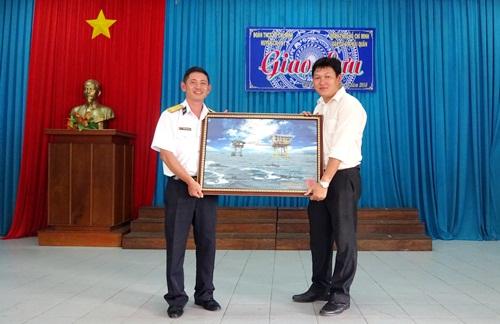 Đại diện Căn cứ 696 tặng quà lưu niệm cho Huyện Đoàn Cai Lậy