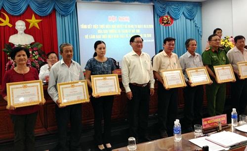 Đồng chí Đặng Thanh Liêm - Bí thư Thành ủy Mỹ Tho tặng giấy khen cho các tập thể