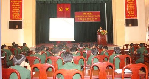 Đại tá Huỳnh Ngọc Huệ, Phó Chủ nhiệm Chính trị Bộ CHQS tỉnh quán triệt các chuyên đề đẩy mạnh học tập và làm theo tư tưởng, đạo đức, phong cách Hồ Chí Minh