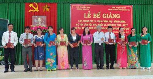 Lãnh đạo Trường Chính trị Tiền Giang trao bằng tốt nghiệp cho học viên