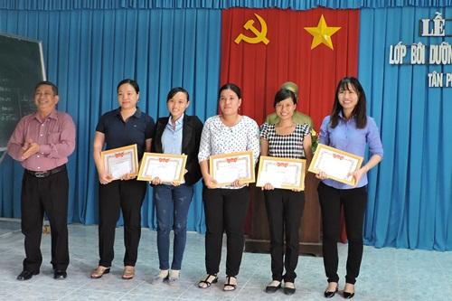 Đồng chí Trần Văn Sương- Giám đốc Trung tâm BDCT huyện trao giấy khen cho các học viên có thành tích xuất sắc trong học tập