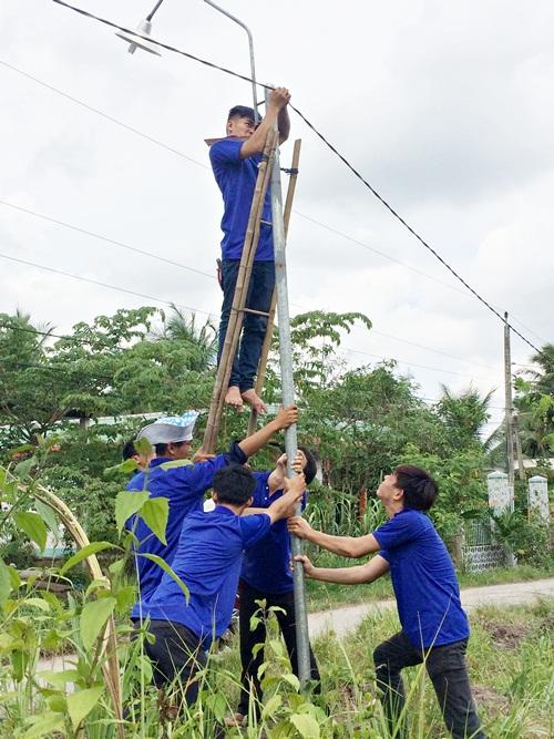 Sinh viên Trường Cao đẳng nghề Tiền Giang giúp dân sửa chữa tuyến đường ánh sáng ANTT tại ấp Tư, xã Tân Hòa Thành, huyện Tân Phước