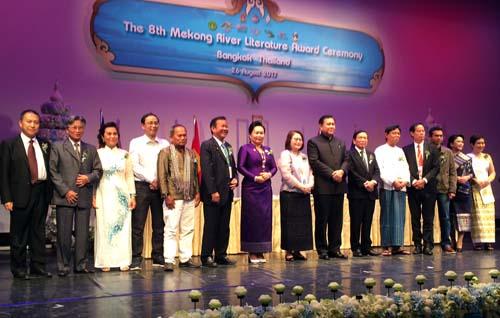 Nhà văn Kim Quyên (thứ 3 từ trái sang) và các nhà văn nhận giải thưởng do ông Thanasak Patimaprakorn - Phó Thủ tướng Thái Lan trao tặng