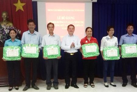 Đồng chí Phạm Thế Vinh - Giám đốc Trung tâm TTCTTG trao giấy khen, phần thưởng cho học viên