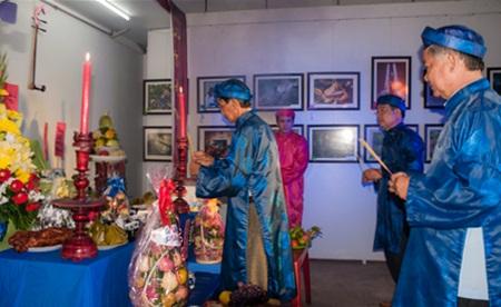 Các nghệ sĩ dâng hương lên bàn thờ tổ