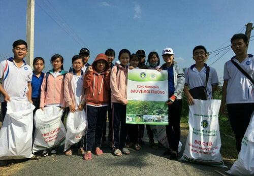 Sinh viên Trường Đại học Tiền Giang cùng nông dân bảo vệ môi trường