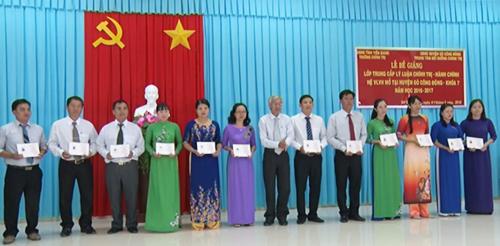 Ông Lê Tấn Lập - Hiệu trưởng Trường Chính trị Tiền Giang trao bằng tốt nghiệp cho học viên