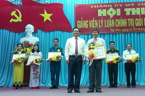 Đồng chí Đặng Thanh Liêm - Tỉnh ủy viên, Bí thư Thành ủy, Chủ tịch HĐND TP Mỹ Tho trao giấy khen cho các thí sinh đạt giải