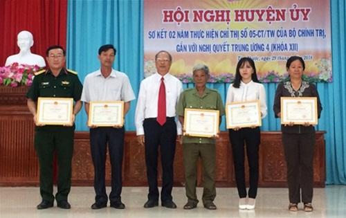 Đồng chí Đỗ Vũ Thuận - Bí thư Huyện ủy, Chủ tịch HĐND huyện Tân Phước tặng giấy khen cho các tập thể và cá nhân