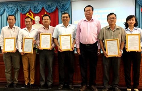 Đồng chí Nguyễn Trọng Hữu - Phó Bí thư Thường trực Thành ủy Mỹ Tho trao quyết định cho các cán bộ